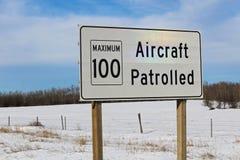 航空器巡逻了与最大速度极限的标志 库存照片