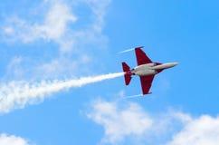 航空器战斗机飞行和烟蓝天 免版税库存图片