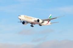 航空器波音777 (A6-EGO)在天空的阿联酋国际航空 免版税图库摄影