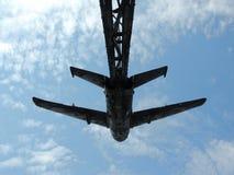 航空器的历史在战争中飞行在天空背景的纪念碑 免版税图库摄影