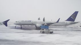 航空器的治疗从结冰的在飞行前在阿斯塔纳国际机场库存英尺长度录影 股票视频