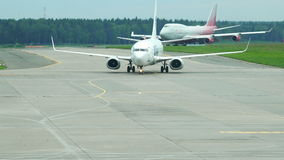 航空器的运动在着陆的在机场致力了道路 股票录像