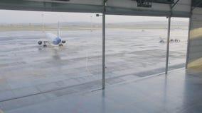 航空器的飞机棚有大开放门的晴朗的夏日 巨型飞机飞机棚打开门 图库摄影