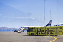 航空器空中客车A320和Cobus 3000,伊拉克利翁机场N Kazant 免版税库存图片