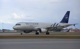 航空器空中客车A320-214 G 斯维里多夫(尾巴数字VP-BDK)在登陆在谢列梅机场以后 免版税库存照片