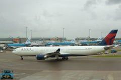 航空器空中客车A330-302 N826NW达美航空在斯希普霍尔机场阴沉的9月天 库存照片
