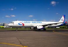 航空器航空公司在跑道的乌拉尔航空公司在多莫杰多沃机场 库存图片