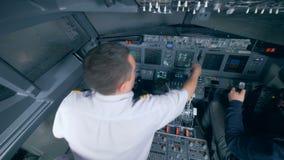 航空器飞行过程由两个人执行了在驾驶舱 股票录像