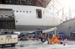 航空器,驾驶舱,树干的鼻零件,在维护修理的飞机棚 免版税库存照片