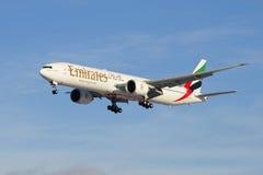 航空器--在阿联酋国际航空下滑路径的波音777 31HER (A6-EGO) 免版税库存图片