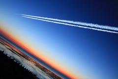 航空器黄昏飞行在海运的喷气机晚上 免版税图库摄影