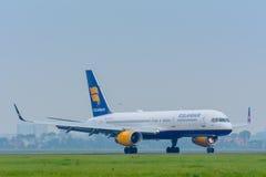 航空器Icelandair波音757 TF-FIV在机场登陆 免版税图库摄影