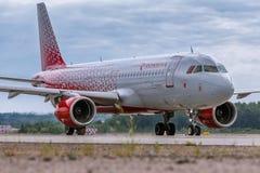 航空器Rossiya航空公司空中客车A320是在跑道的出租汽车 库存图片