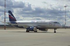 航空器Suhkoi超音速喷气飞机100-95 V 鲍里索夫(RA-89027)苏航 库存图片