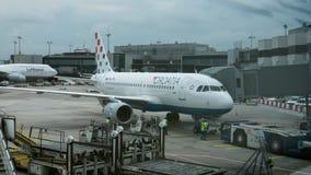航空器Timelapse视图在法兰克福机场中反对多云天空 法兰克福德国主要 股票录像