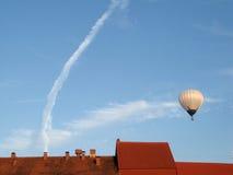 航空奇怪baloon的烟 免版税库存照片