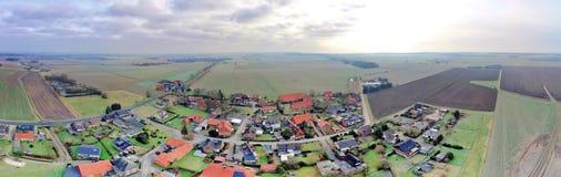航空摄影和一个小村庄的空中照片综合全景荒地的在有草甸的北德国,领域 库存图片