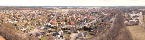 航空摄影和一个小村庄的空中照片综合全景荒地的在有草甸的北德国,领域 免版税库存照片