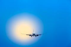 航空旅行-在接进着陆的飞机 库存图片