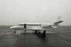 航空机场停放的企业喷气机 库存照片