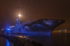 航空母舰在晚上 库存图片