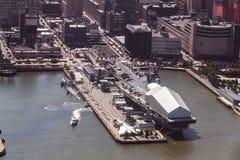 航空母舰在曼哈顿 库存图片