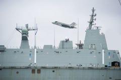 航空母舰在海 免版税库存图片