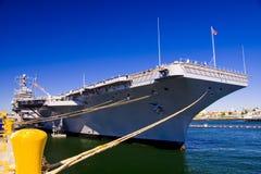 航空母舰靠了码头 库存图片