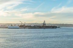 航空母舰靠码头的海军码头在圣地亚哥 免版税库存图片