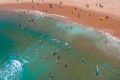 航空照片游泳者海滩   免版税库存照片