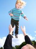航空父亲儿子投掷 免版税库存照片