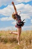 航空美丽的女孩愉快跳 免版税库存照片
