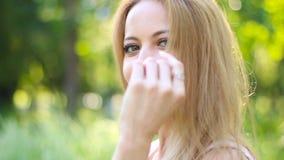 航空背景女孩查出的亲吻空白的一点 炫耀她长的豪华的头发的微笑的白肤金发的妇女在夏天停放 股票视频
