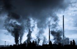 航空背景蓝色工厂污染 免版税库存图片