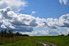 航空蓝色云彩国家(地区)开放全景路西西里岛天空 免版税库存图片