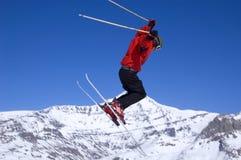 航空高跳的滑雪者 免版税库存图片