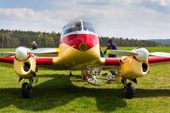 航空145个双活塞装有引擎的民用通用飞机的航空45版本在机场的 库存照片