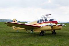 航空145个双活塞装有引擎的民用通用飞机的航空45版本在机场的 免版税库存照片