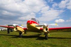 航空145个双活塞装有引擎的民用通用飞机的航空45版本在机场的 免版税库存图片