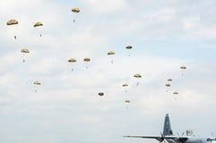 航空airshow伞兵 免版税图库摄影