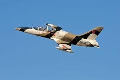 航空L-39 Albatros定点飞越 库存照片