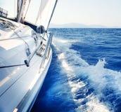 航行。 乘快艇。 豪华生活方式