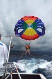 航行一条小船的巴拉在夏威夷 免版税库存照片