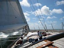 航行与在比斯开湾海湾的一艘美丽的经典船  图库摄影