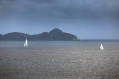 航行乘快艇与白色风帆在公海 免版税库存图片
