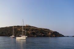 航行乘快艇在波塞冬古庙, Sounio,希腊下 图库摄影