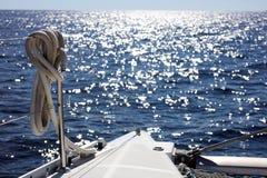 航行划船在海洋,在海关闭的船优质图象豪华经验 库存照片
