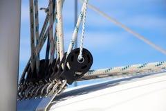 航行划船在海洋,在海关闭的船优质图象豪华经验 图库摄影
