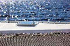 航行划船在海洋,在海关闭的船优质图象豪华经验 免版税库存照片