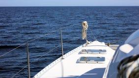 航行划船在海洋,在海关闭的船优质图象豪华经验 免版税库存图片